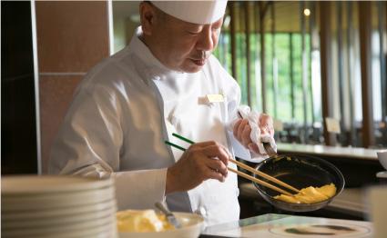 朝食のオムレツはシェフが目の前でお作りします