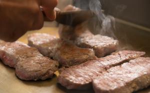 オープンキッチンで焼きたての お肉料理をお召し上がりください